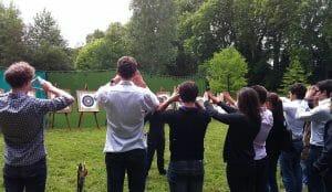 Groupe de personnes et cibles de tir à l'arc