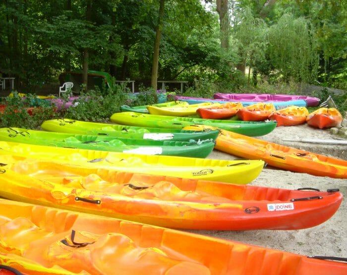 """Prenez place à bord de canoës ou de kayaks """"SIT ON TOP"""" auto-videurs, pour profitez pleinement et en toute sécurité de votre journée."""