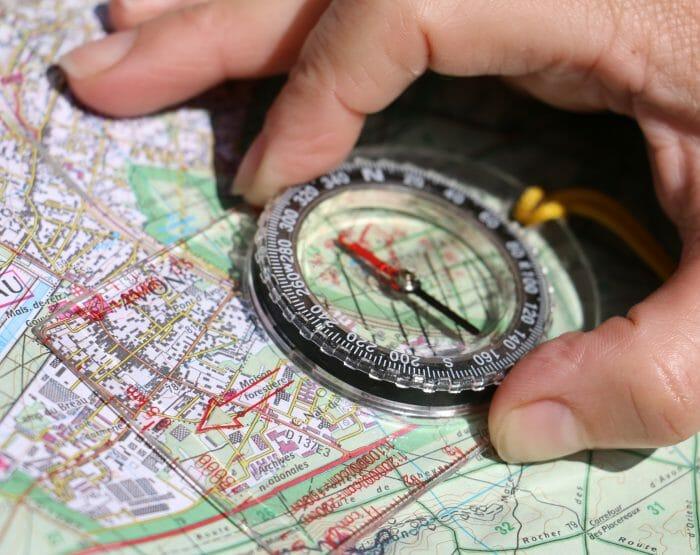 L'orientation commence par la lecture d'une carte et l'utilisation d'une boussoleL'orientation commence par la lecture d'une carte et l'utilisation d'une boussole
