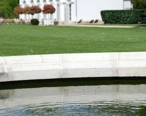 Jardin et bassin du parc Caillebotte